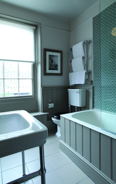 5 Tips For Choosing Paint Colors To Transform Your Bathroom